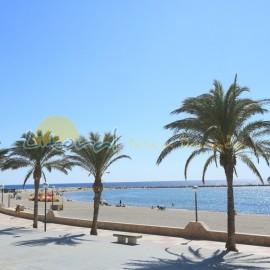 Promenade en bord de plage dans le centre-ville