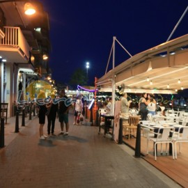 Restaurants au crépuscule à Cambrils